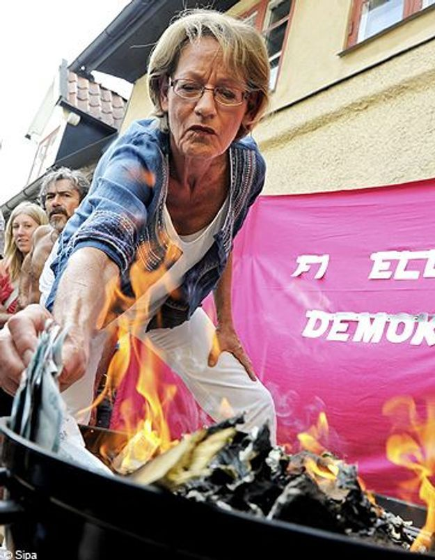 Suède : des féministes brûlent plus de 10 000 euros