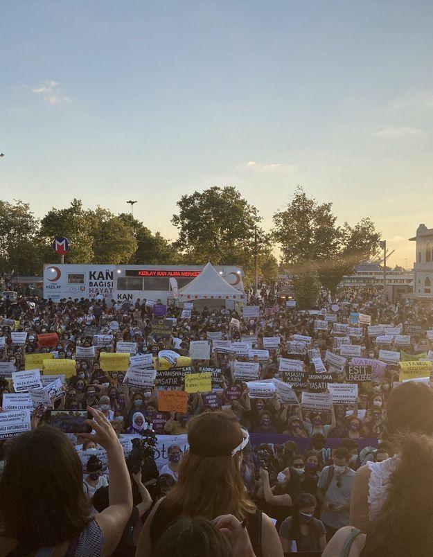 Turquie : des milliers de manifestantes se mobilisent pour la convention sur les violences faites aux femmes