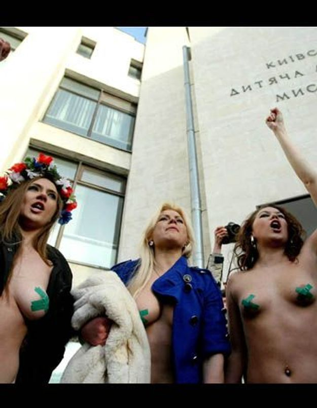 Ukraine : des féministes se dénudent dans un bureau de vote