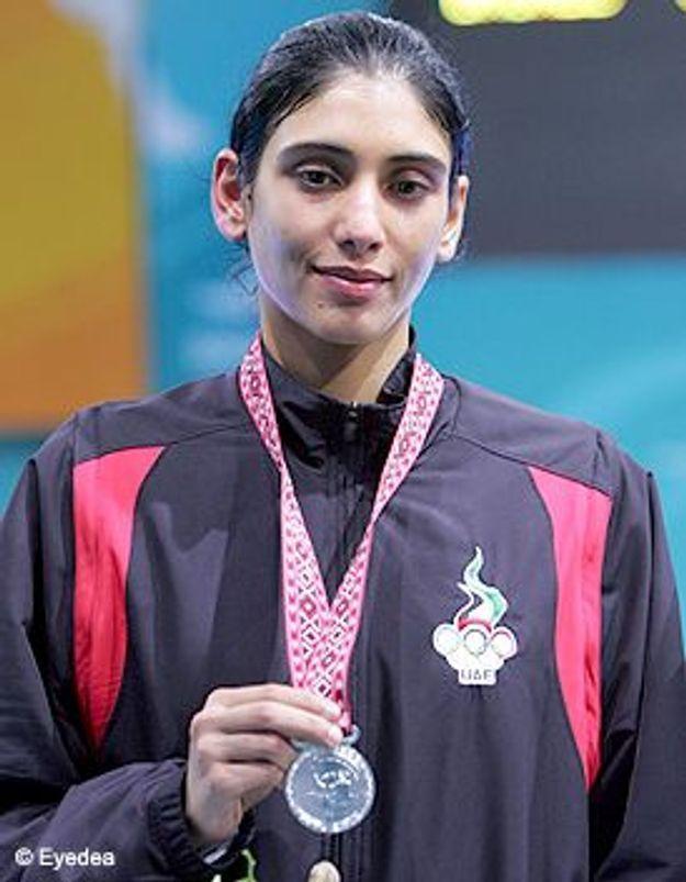 Une femme porte-drapeau des Emirats Arabes Unis aux JO