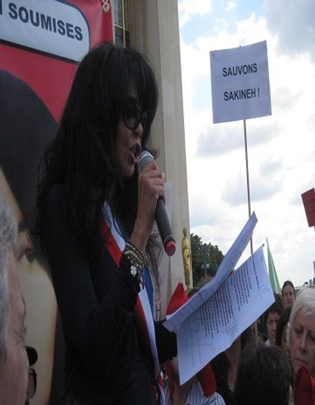 Vidéos : Yamina Benguigui et Sihem Habchi manifestent pour Sakineh