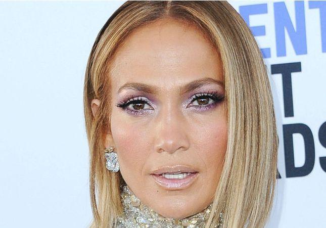 Jennifer Lopez affiche un carré wavy idéal pour les cheveux ondulés