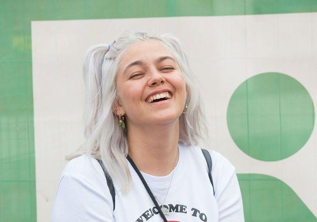 Louane : sa nouvelle folie capillaire en festival ne passe pas inaperçue