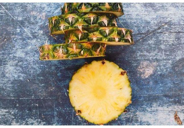 Ananas : la technique révolutionnaire pour le déguster sans couteau affole Twitter