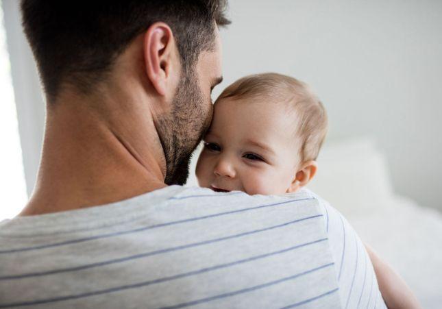 Plus de la moitié des 18-24 ans souhaite allonger le congé de paternité
