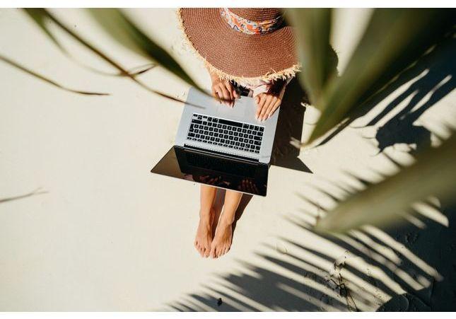 Pourquoi est-ce si difficile de déconnecter pendant ses vacances ? 3 questions à Marie Duboule, hypnothérapeute