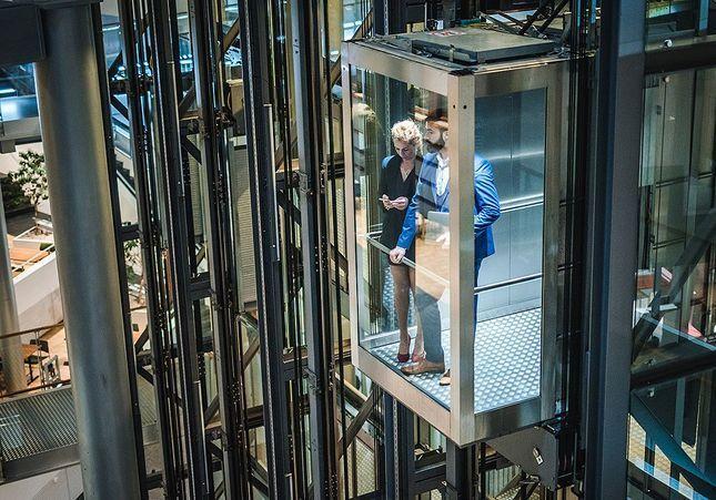 C'est mon histoire : « J'étais coincée dans l'ascenseur avec mon recruteur »