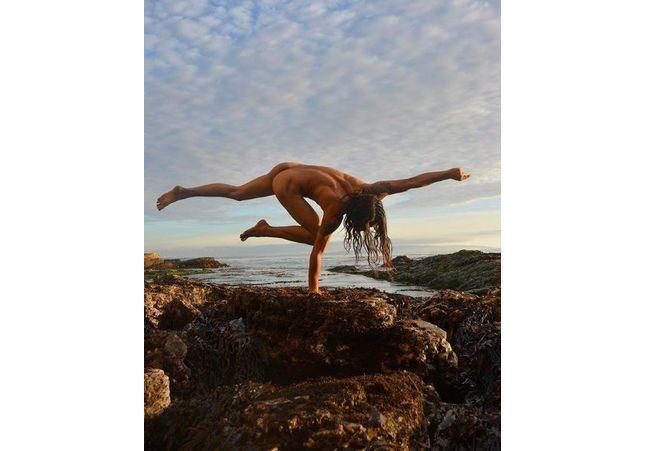 Tendance : ces hommes font du yoga nus et postent leurs poses sur Instagram