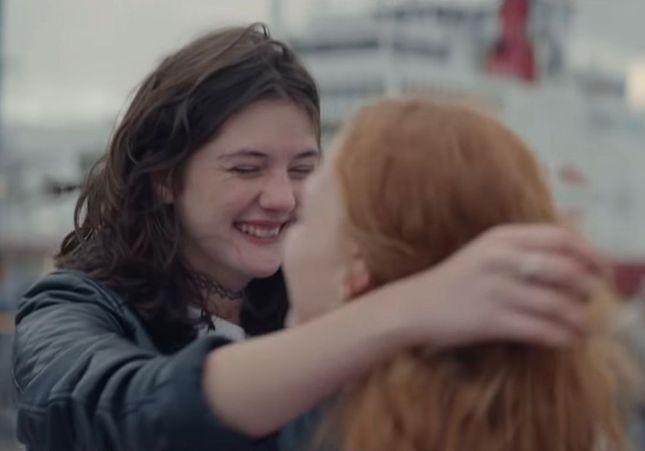 Une femme avec une femme et des milliers d'émotions : la pub à saluer