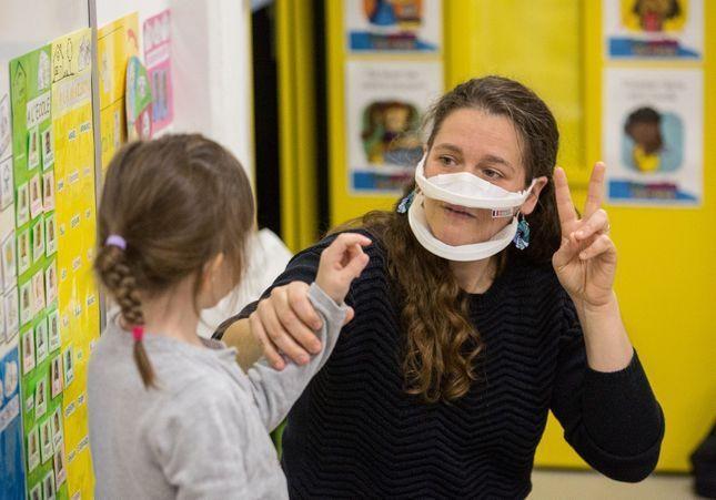 Masques transparents dans les crèches : est-ce vraiment nécessaire ?