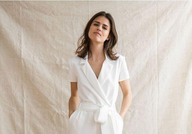 Ces combinaisons blanches modernisent la robe de mariée