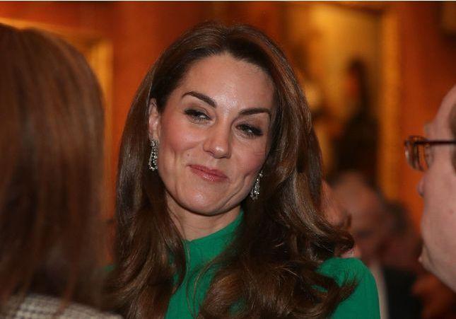 Kate Middleton : la couleur de sa robe annonce-t-elle la tendance de l'hiver ?