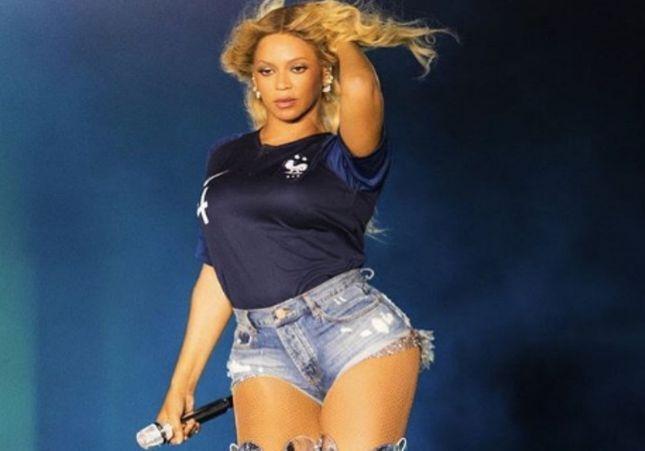 Beyoncé et Jay-Z portent le maillot à deux étoiles de l'équipe de France au Stade de France