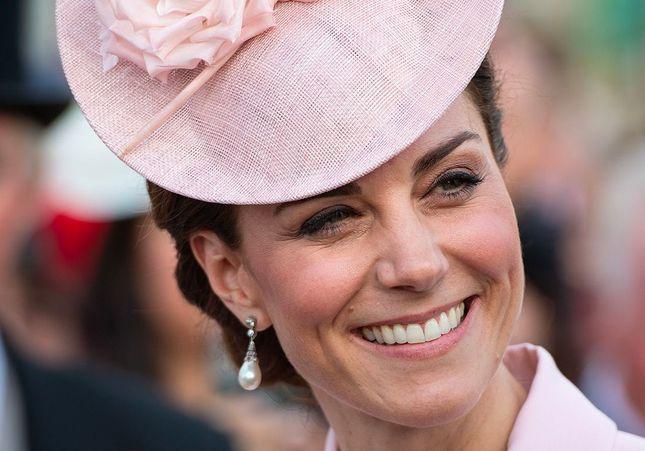 Kate Middleton, robe rose et bibi de folie pour une garden party