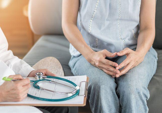 « Ça m'a brisée en tant que médecin de devoir faire ça » : un examen gynécologique suscite l'indignation aux Etats-Unis