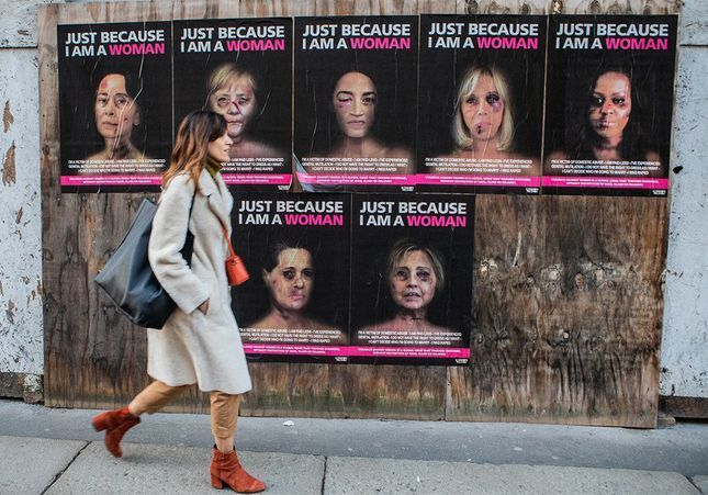 « Just because I am a Woman » : les visages tuméfiés de Michelle Obama ou Hillary Clinton sur les murs à Milan