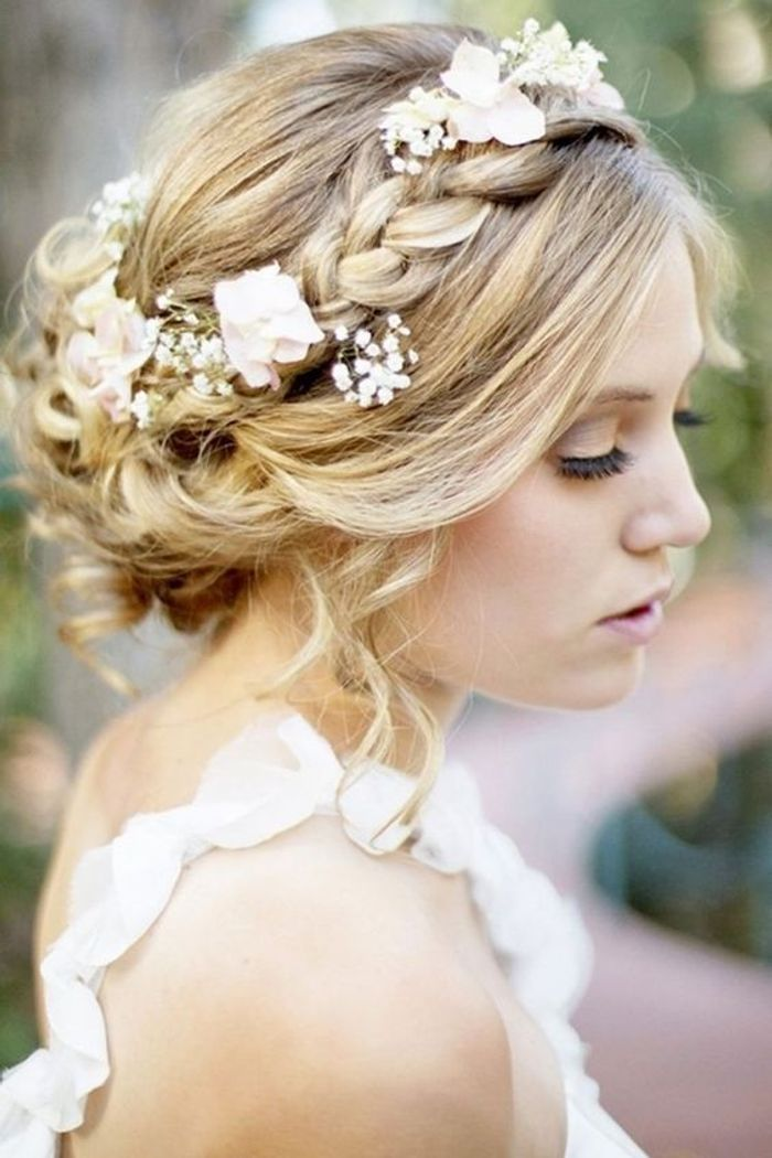 coiffure de mari e avec tresse et fleurs les plus jolies coiffures de mari e pour s inspirer. Black Bedroom Furniture Sets. Home Design Ideas