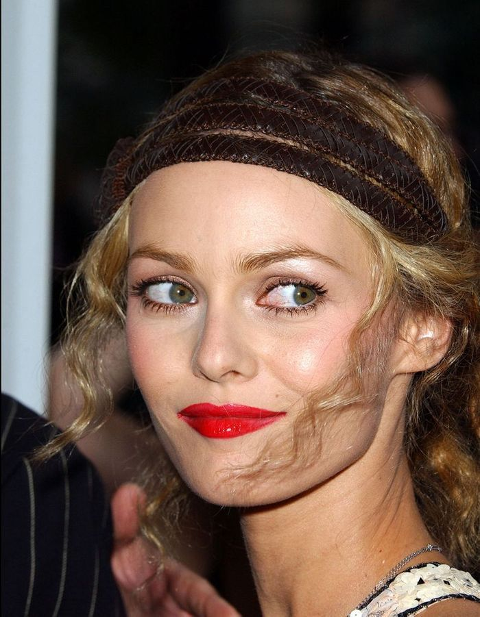 Vanessa paradis et son chignon avec headband en 2003 les coiffures de vanessa paradis qui ont - Chignon avec headband ...