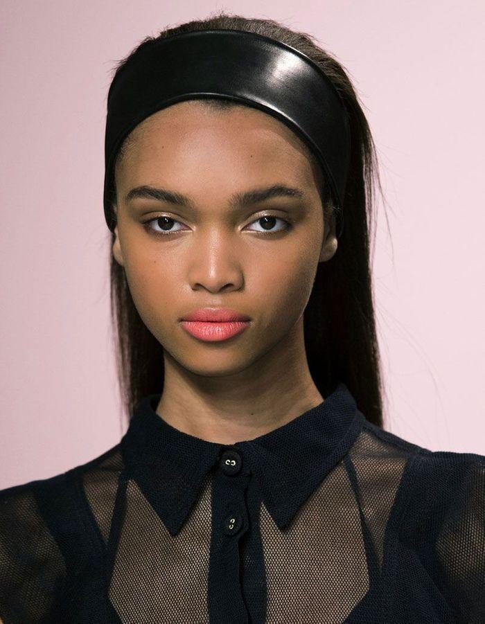 bandeau cheveux hiver 20 coiffures avec un bandeau qui donnent du style elle. Black Bedroom Furniture Sets. Home Design Ideas