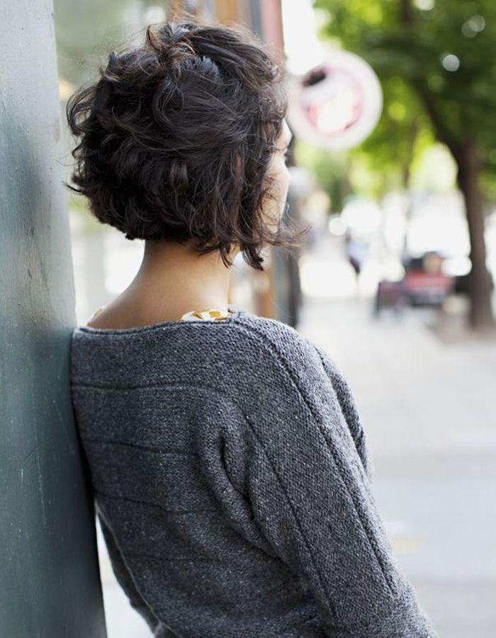 Coupe de cheveux frises et court