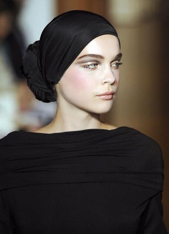 Coiffure avec foulard noué