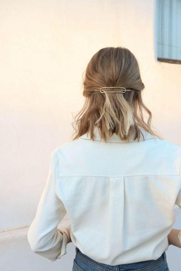 Coiffure simple demi queue réalisée avec une barrette