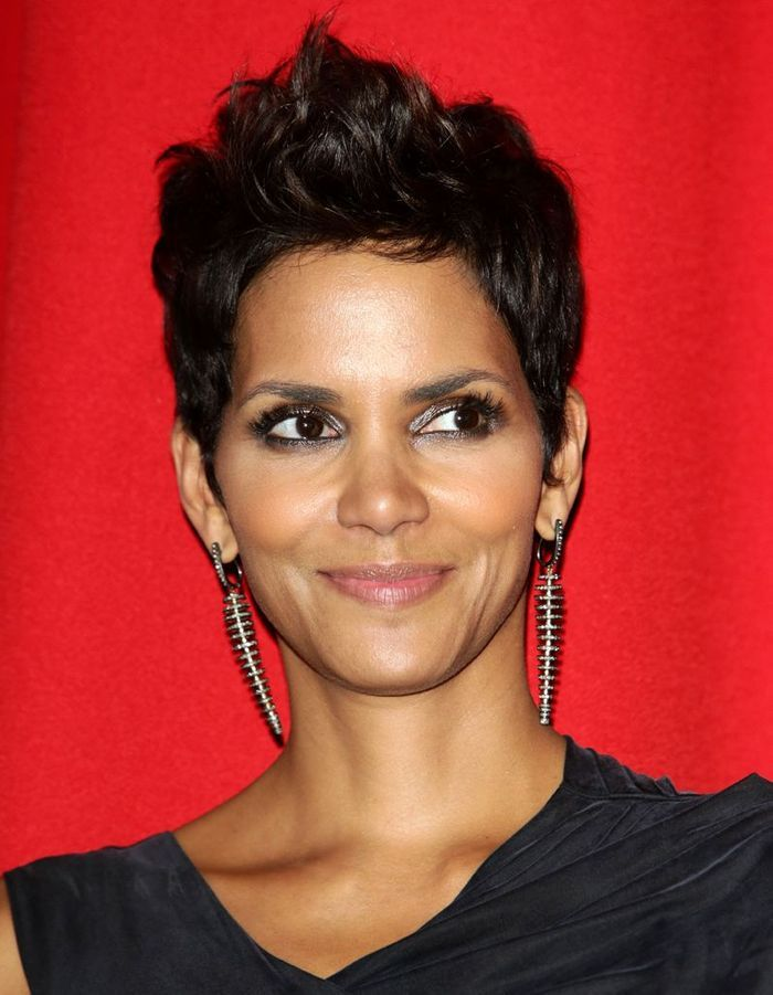 la coupe pixie de halle berry coiffures ces stars qui. Black Bedroom Furniture Sets. Home Design Ideas