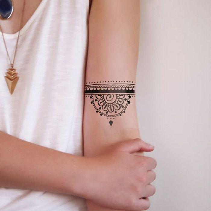 Tatouage mandala dotwork on craque pour un tatouage mandala elle - Tatouage manchette poignet femme ...