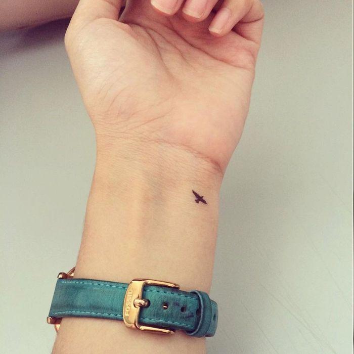 Tatouage oiseau minimaliste 20 tatouages d oiseau qui vont vous donner des ailes elle - Tatouage minimaliste femme ...