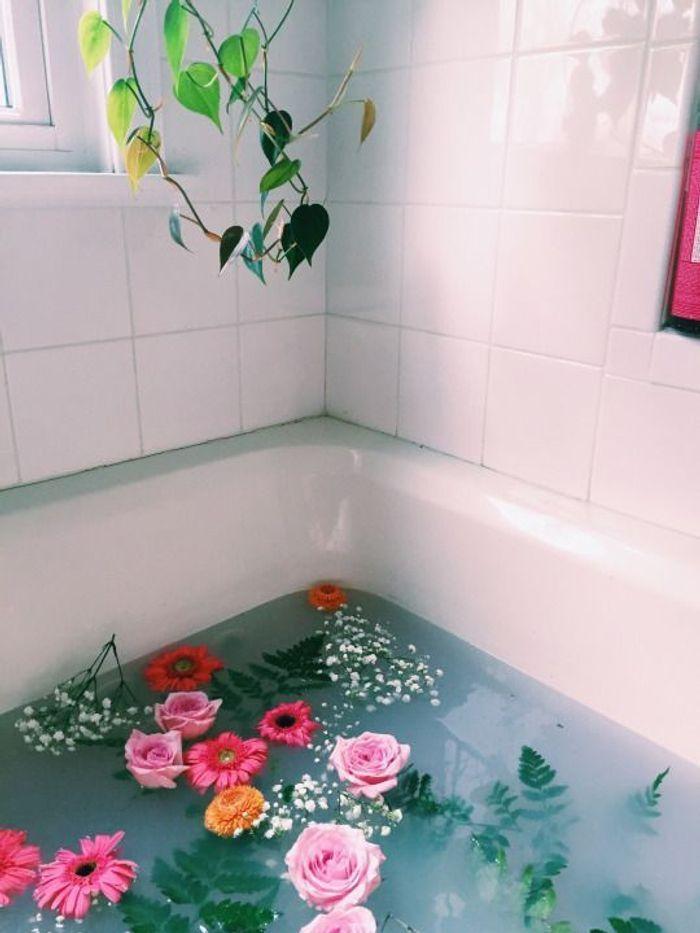 6 photos et recettes pour se faire un bain de fleurs 100 bien tre elle. Black Bedroom Furniture Sets. Home Design Ideas