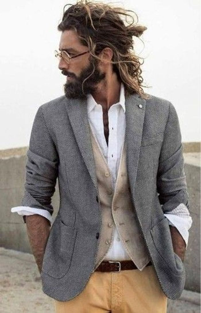 Homme barbu cheveux longs
