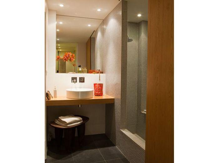 10 petites salles de bains pleines d 39 astuces elle d coration for Tres petite salle de bain