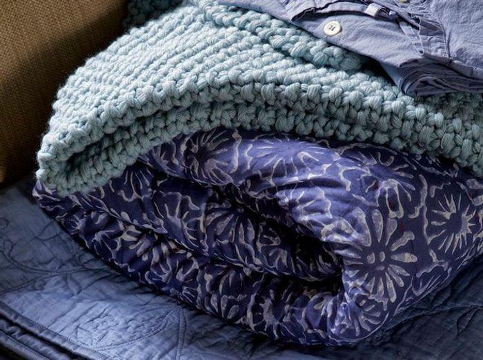 Plaids, coussins, fourrure, la déco vous réconforte pour l'hiver