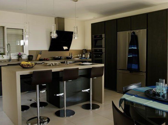 Une belle et grande cuisine pour recevoir elle d coration - Table de cuisine contemporaine ...