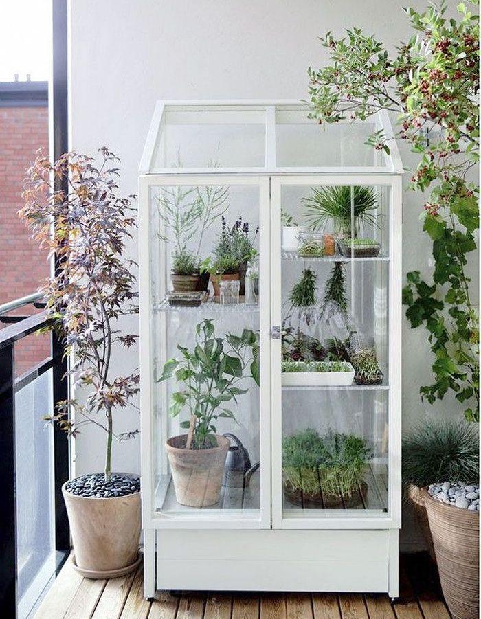 Balcon avec armoire vitrée