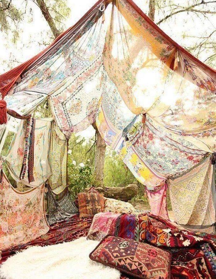 De vieux foulards cousus entre eux et transformés en toile de tente