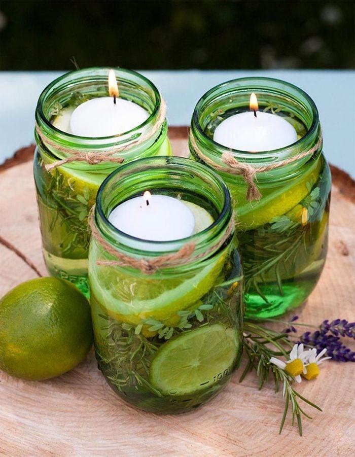 Des bocaux transformés en bougies parfumées