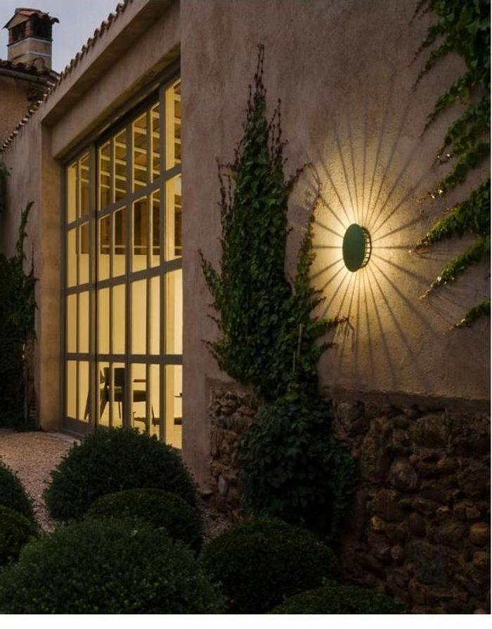 Une lampe de jardin Vibia
