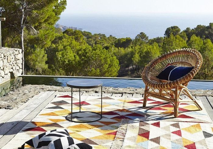 Une terrasse avec piscine habillée de tapis outdoor
