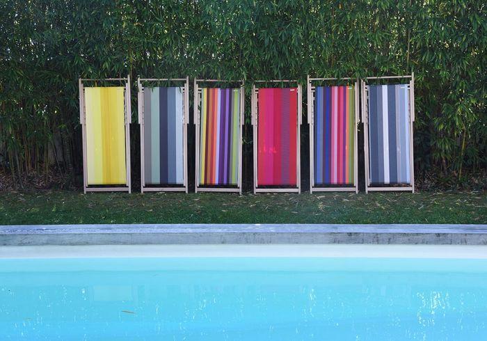 Une terrasse avec piscine pimpée par des bains de soleil colorés