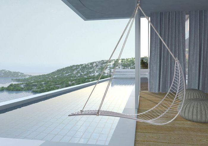Une terrasse avec piscine qui surfe sur la tendance du fauteuil suspendu