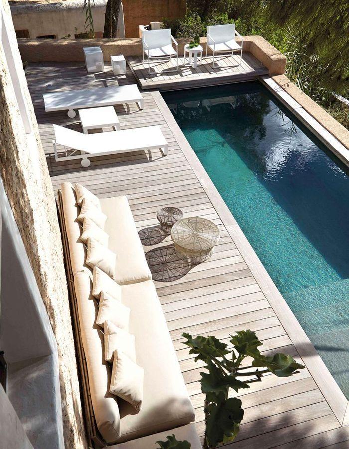 Un couloir de nage entouré d'une belle terrasse