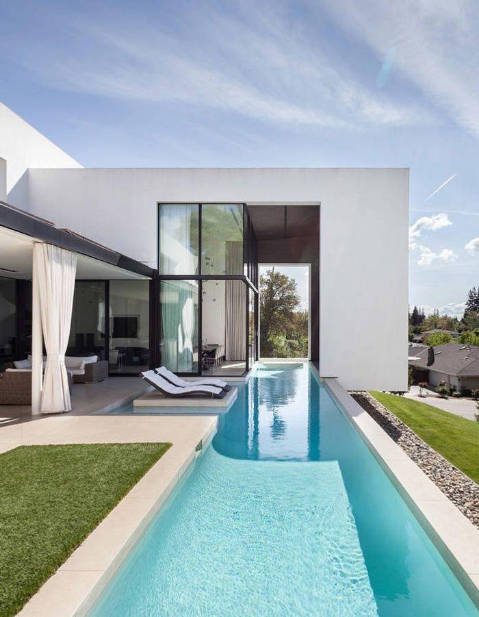 Un couloir de nage intérieur et extérieur