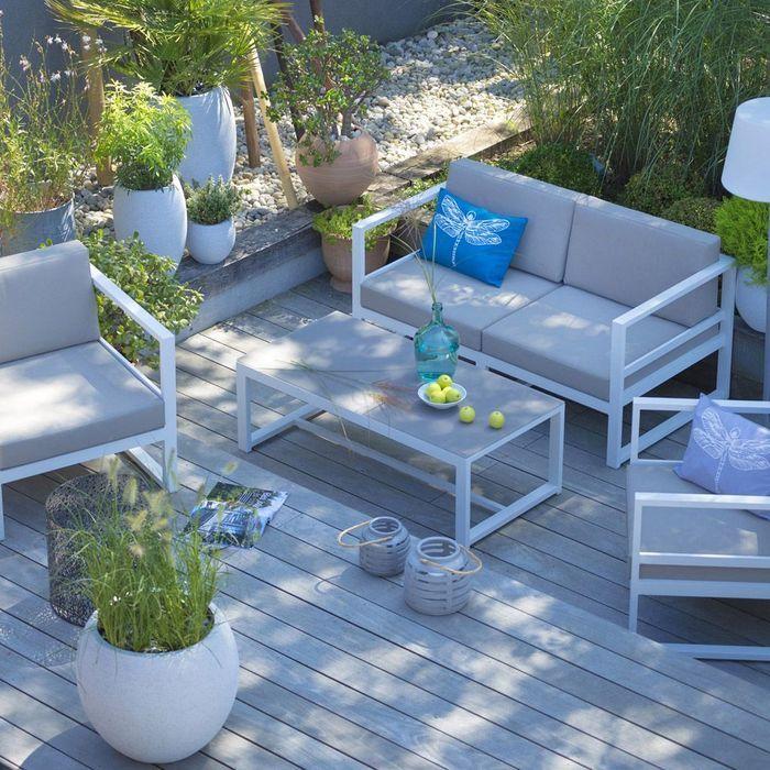 Un salon de jardin gris