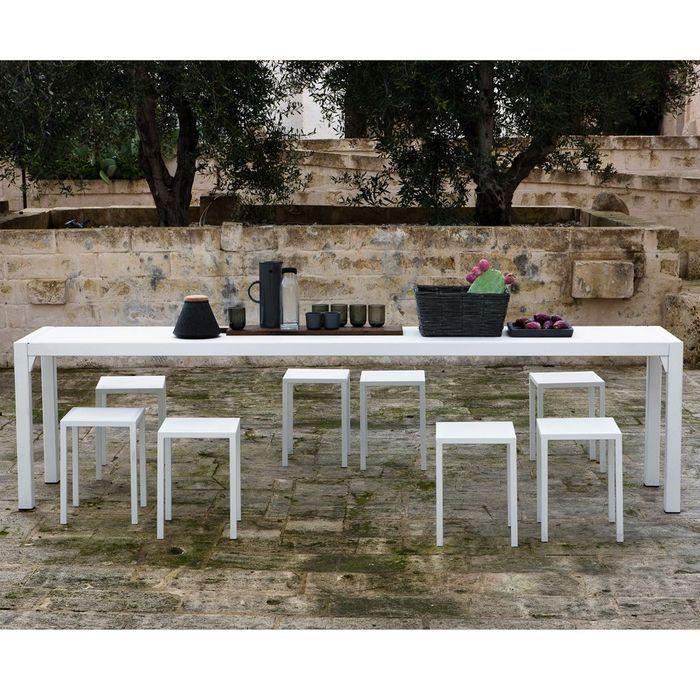 Une table de jardin XXL