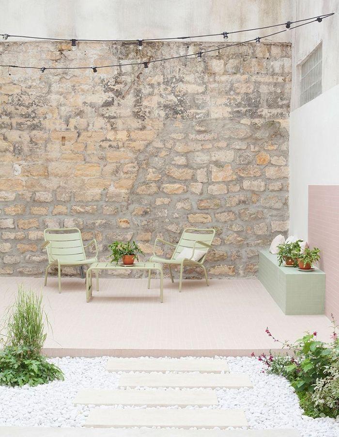 Allier mobilier outdoor pastel et murs bruts dans le patio