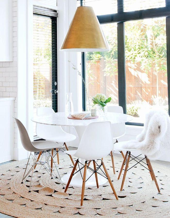 La chaise DSW blanche mêlée à la chaise DSR grise