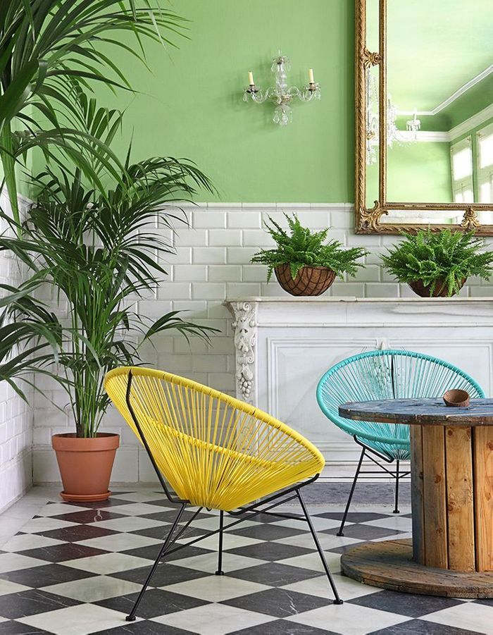 Un fauteuil Acapulco coloré dans un intérieur audacieux