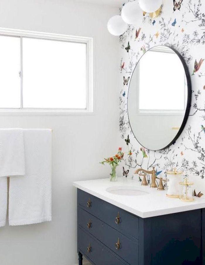 Le miroir rond associé à un papier peint au look marqué pour une déco murale chiadée