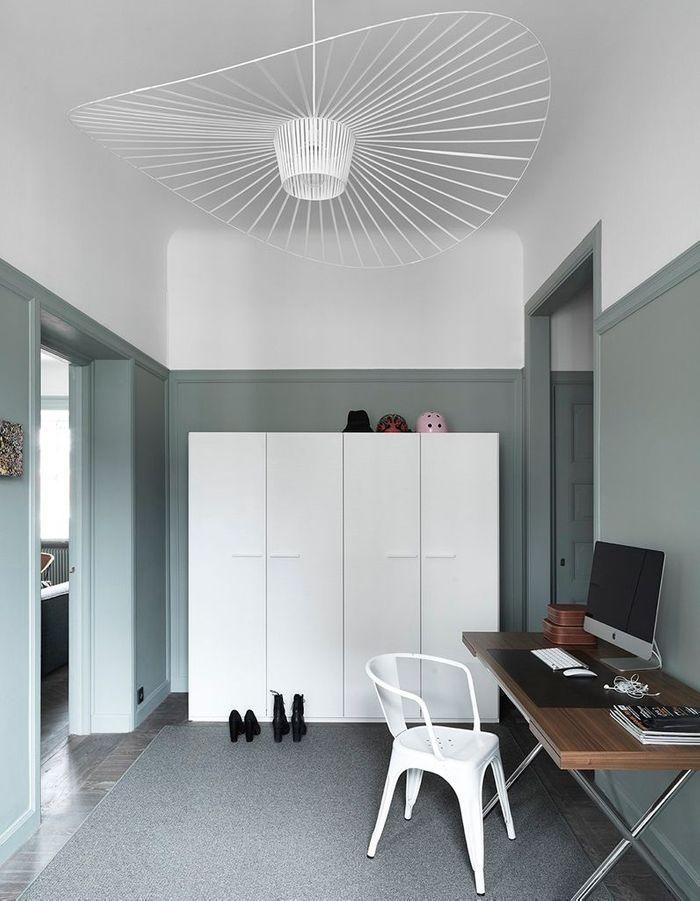 La suspension Vertigo blanche dans un bureau aux murs bicolores